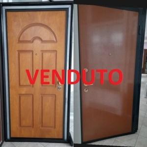BLINDATO LEGNO, ESTERNO PANTOGRAFATO ROVERE GOLD E INTERNO NOCE, L90XH210. €800,00 POSA E TRASPORTO ESCLUSI.